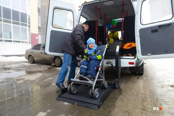По специальной платформе-подъемнику мальчика на коляске спустили вниз