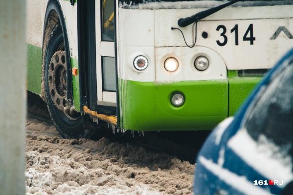 Автобус застрял на обочине из-за снега