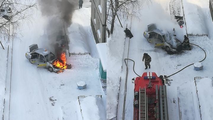 Во дворе на Республики сгорело такси