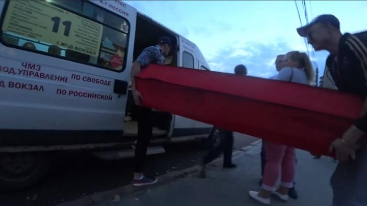 «Свели всё на юмор»: напугавший челябинцев гроб в маршрутке оказался розыгрышем москвичей