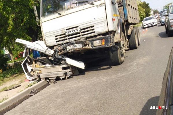 Очевидцы сообщают, что водитель «Приоры» получил тяжелые травмы
