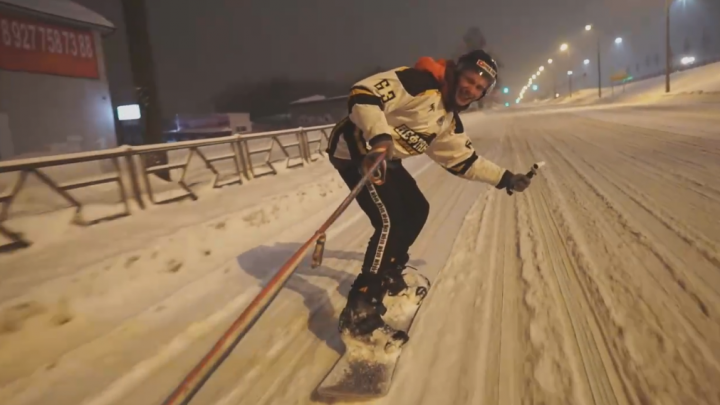 Навалило! Самарец проехал на сноуборде по Победе и Гагарина