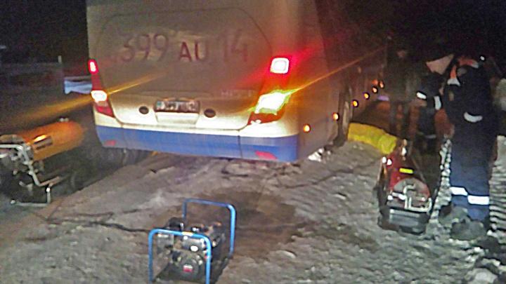 Автобус с пассажирами замёрз на Северном объезде: его отогрели тепловыми пушками