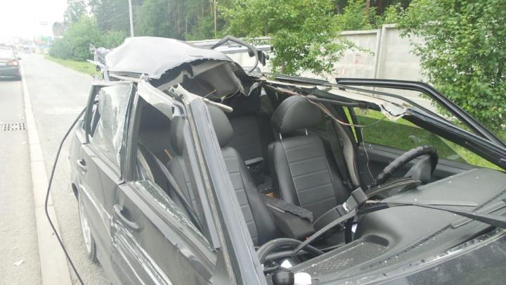 Водитель родился в рубашке: в Базовом переулке «четырнадцатой» срезало крышу от удара о грузовик