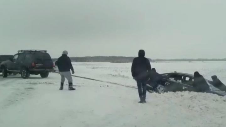В Новосибирской области двадцать мужчин и два внедорожника вытащили иномарку из кювета