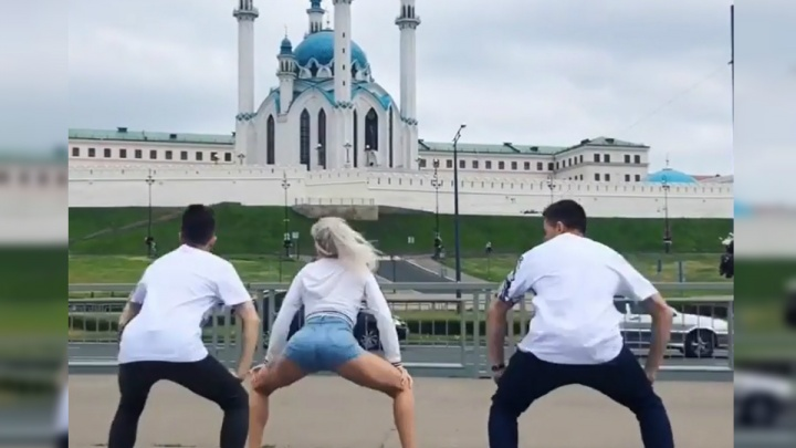 «Я всегда танцую в людных местах»: челябинка ответила на критику после тверка на фоне мечети