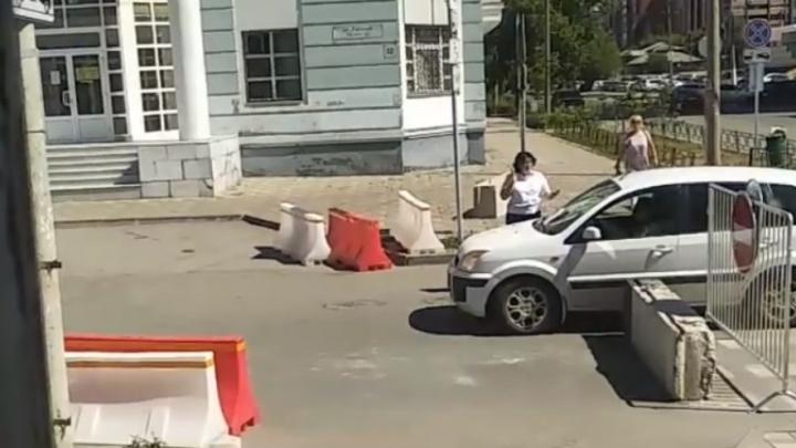 Сквозь щели в бетонных блоках: самарские водители нарушают ПДД в центре города