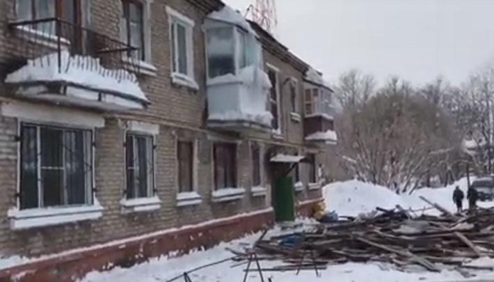 В Березниках в двухэтажном доме рухнула крыша: жители провели ночь на улице