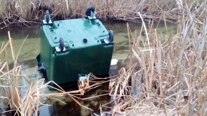 В Кумылженской неизвестные выбросили в реку мусорные контейнеры