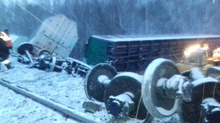 Появились снимки с места крушения поезда