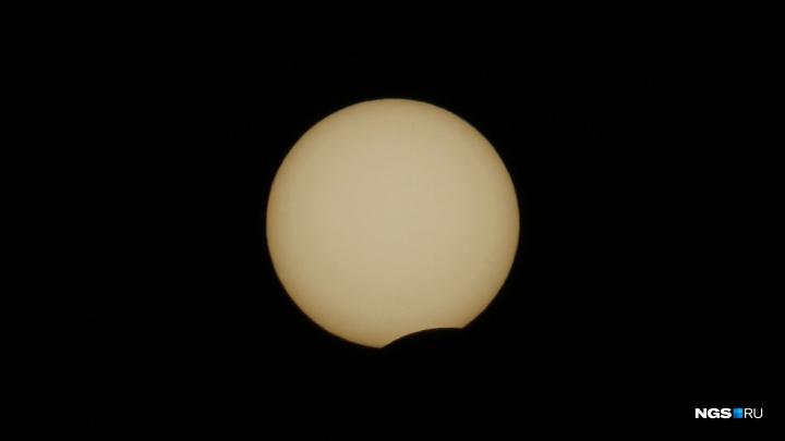 В небе над Новосибирском Луна прикрыла Солнце. Как это было — показываем для тех, кто пропустил