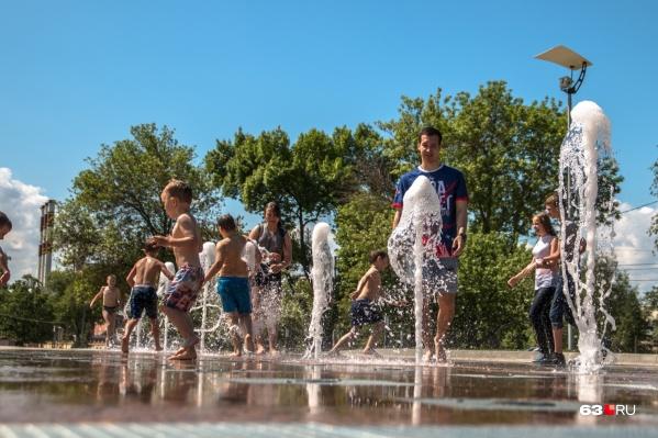 Сухие фонтаны работают летом на площади Славы
