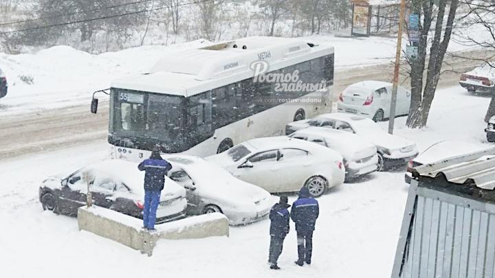 В Ростове пассажирский автобус врезался в пять машин