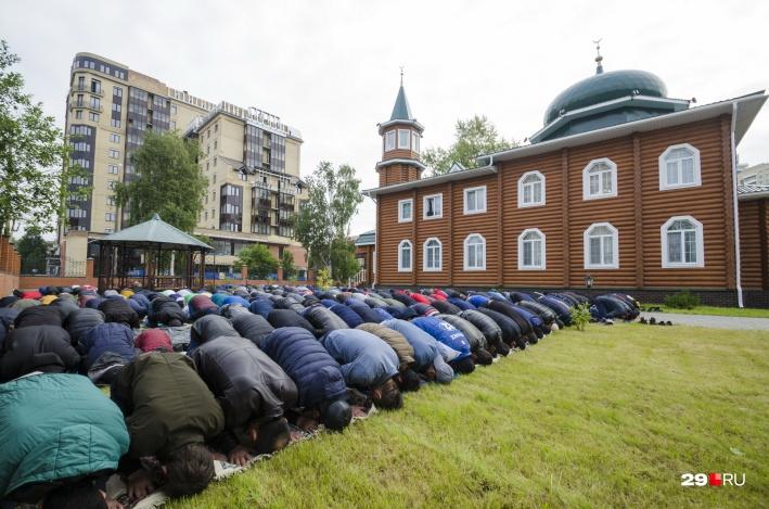 А это фото — из  самой северной мечети страны , из Архангельска. Здесь намаз начался в семь утра