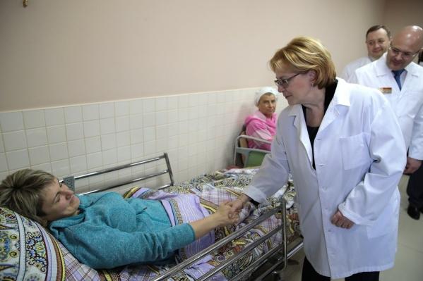 Вероника Скворцова навестила пациентов онкоцентра