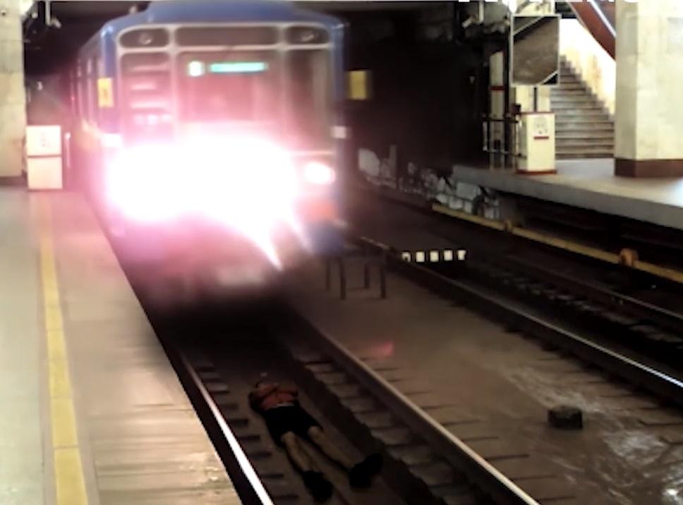 Стоп-кадр с видео на котором молодой человек «ложится» под поезд