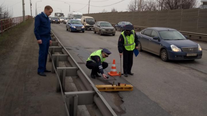 Проклятая дорога: на мэрию дважды подали в суд из-за ям на Октябрьском мосту