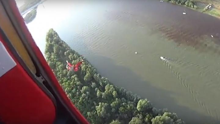 Омские парашютисты на День города сбросили манекен в Иртыш и сняли это на видео