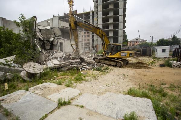 Здание, которое сносят, начали строить ещё в 1999 году