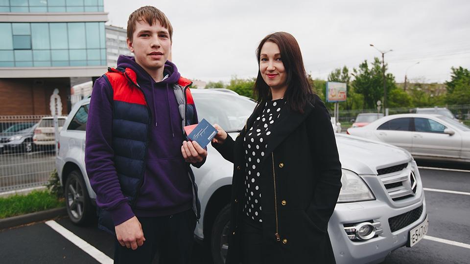 Владимир не смог вырваться из рабочего графика, поэтому приз за него забрал племянник Вячеслав (у парня есть водительское удостоверение, мы проверили!)