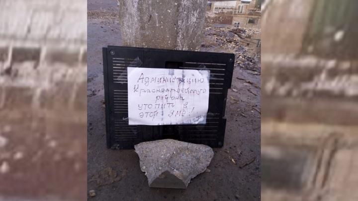 «Утопить в этой яме!»: в Волгограде вода подмывает многоэтажку, а в ливнёвку посадили ёлку — видео