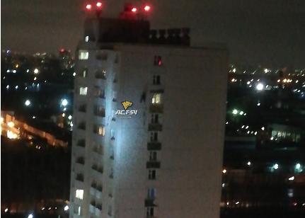 В Кировском районе на одном из домов повис мужчина на верёвке