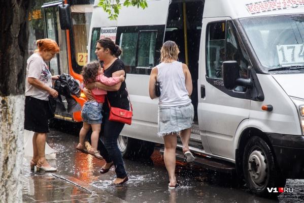 Волгоградцам стоит взять на работу зонтики