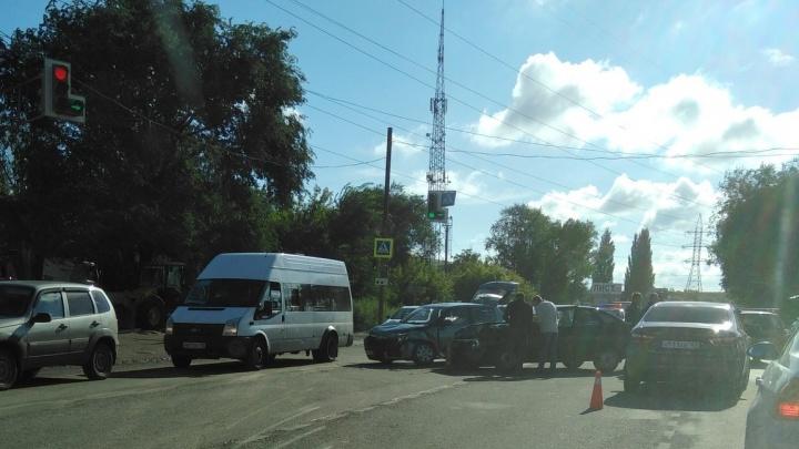 На Ракитовском шоссе из-за столкновенияиномарки с «Ладой» намертво встало движение