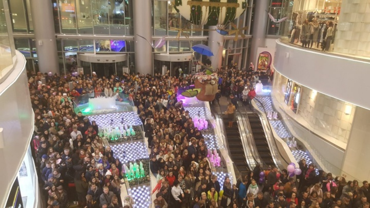 Новосибирцы заполонили «Галерею Новосибирск» из-за выступления певицы Ханны