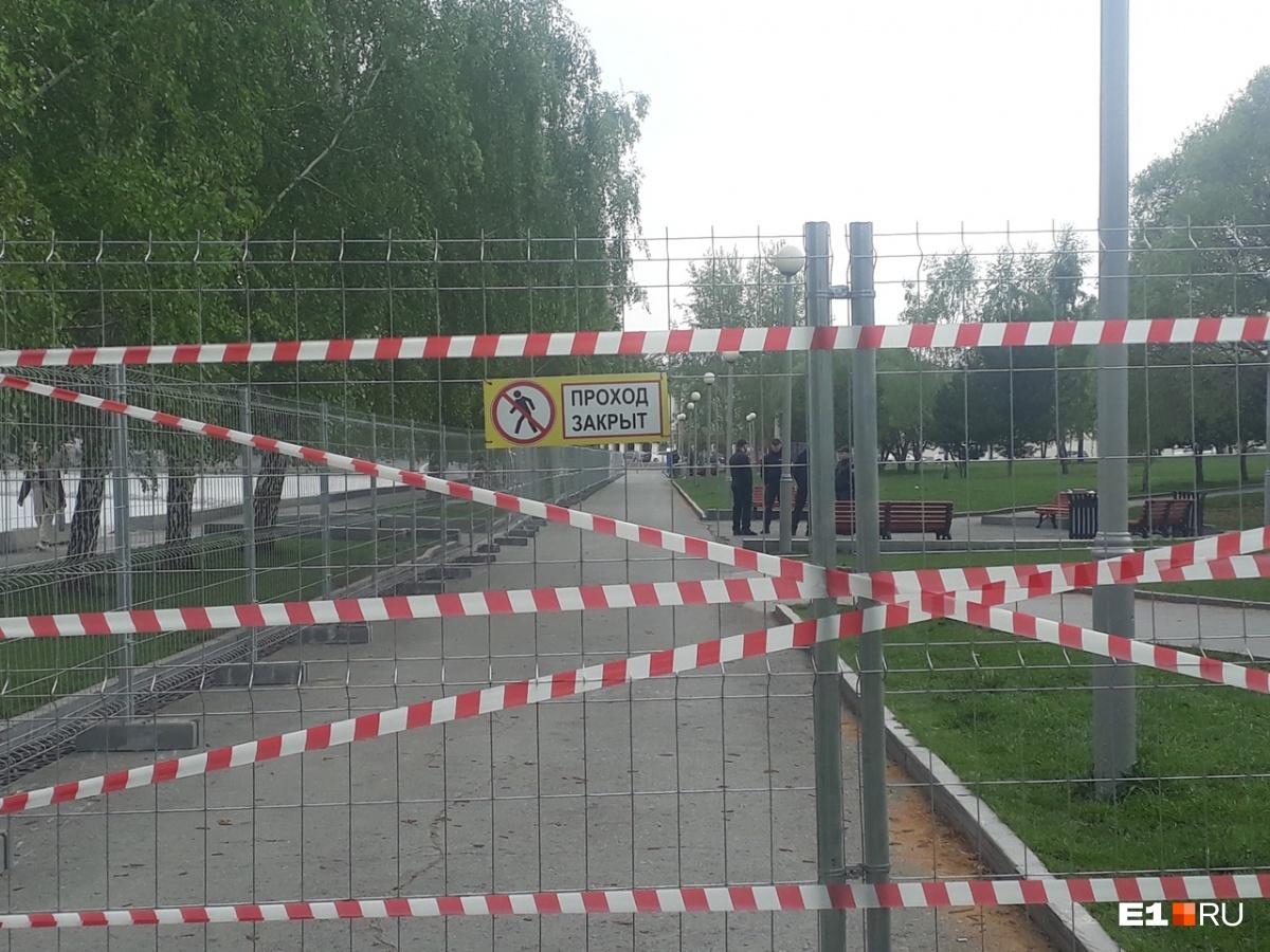 Сквер у Драмтеатра, где собираются строить собор Святой Екатерины, огородили забором