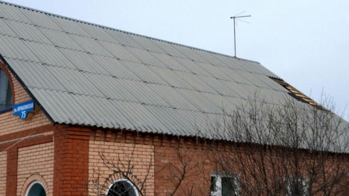 В Башкирии порыв сильного ветра сорвал у здания крышу
