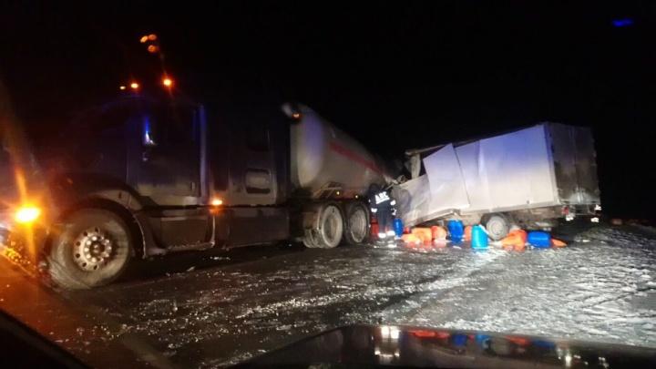 Два смертельных ДТП, массовая авария на кольце в Тюмени и драка автобусников: дорожные видео недели