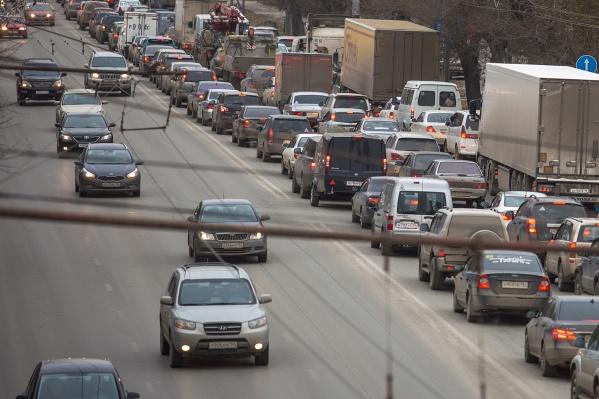 Автомобили встали в сторону центра Новосибирска