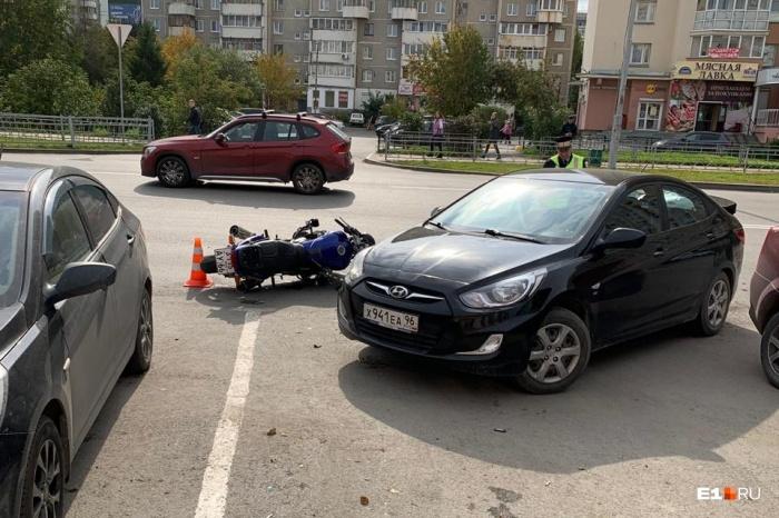 Мотоциклист врезался в машину, когда та парковалась