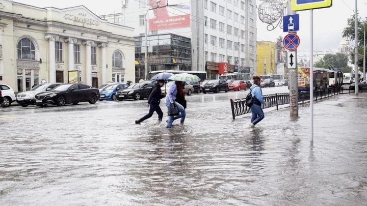 Ищите резиновые лодки: улицы Екатеринбурга затопило после ливня