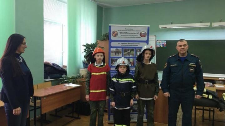 Уфимские школьники примерили форму пожарных