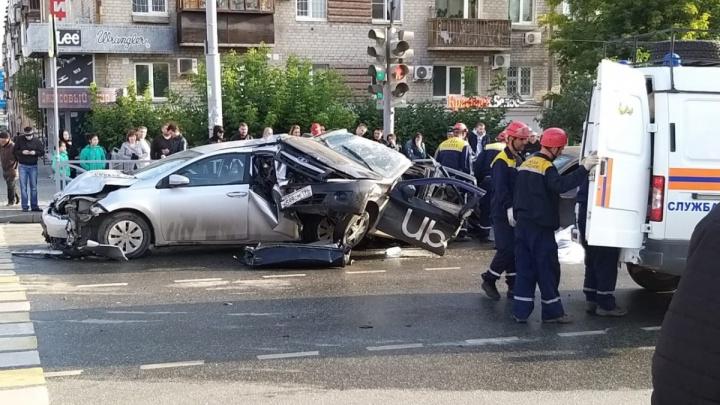 Дорожное видео недели: страшная авария на Малышева, подбитый велосипедист и ДТП от испуга