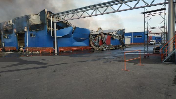 В Красноярске на рынке «Енисейский привоз» сгорел продуктовый склад: хроника пожара