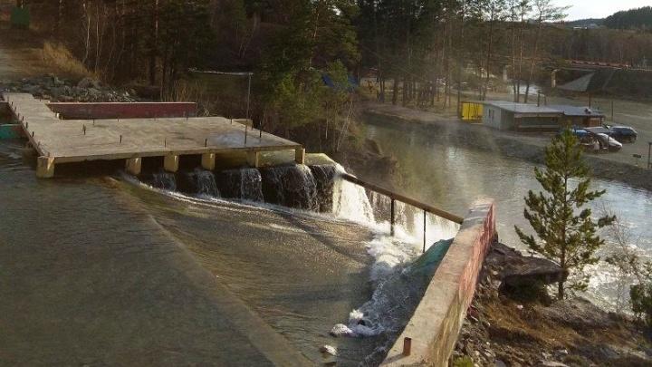 Молодой мужчина утонул в водопаде под Новосибирском