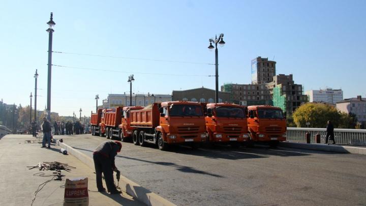 В Омске девять КАМАЗов испытали обновленный Юбилейный мост