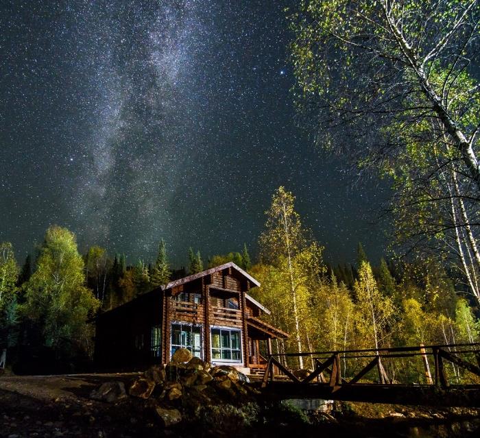 Таёжная заимка «Лесная сказка» приглашает отдохнуть в горах в настоящих избах с дровяной печью