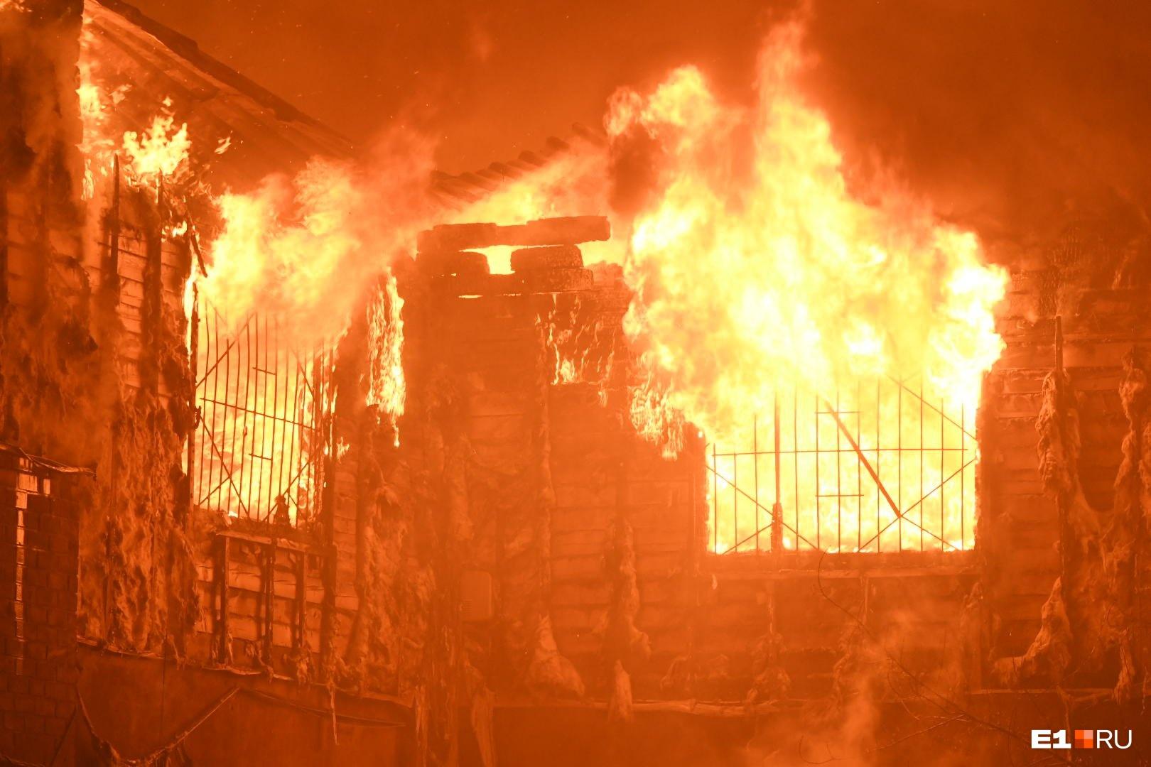 Огонь был готов сожрать все вокруг, но пожарные его остановили