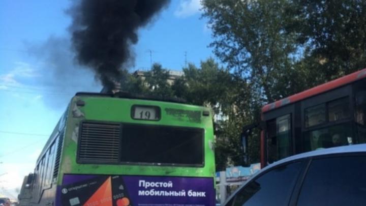 «Есть ли на таких управа?»: черный столб выхлопов автобуса № 19 возмутил горожан