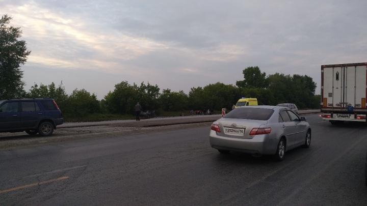 Молодой водитель «Мазды» съехал на обочину на большой скорости — он погиб на месте