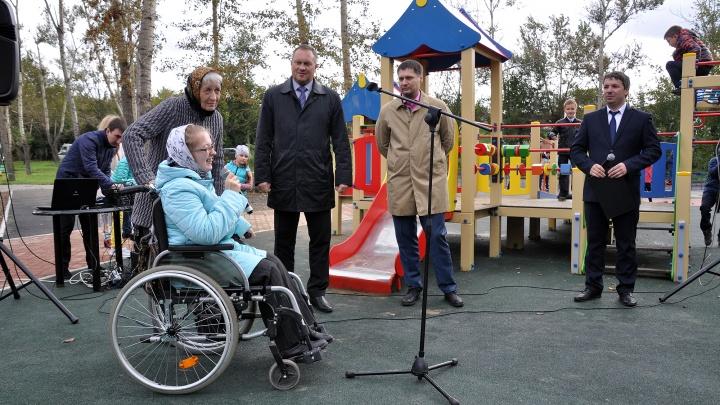 На правом берегу открылась новая детская площадка. Она подходит для детей в инвалидных колясках