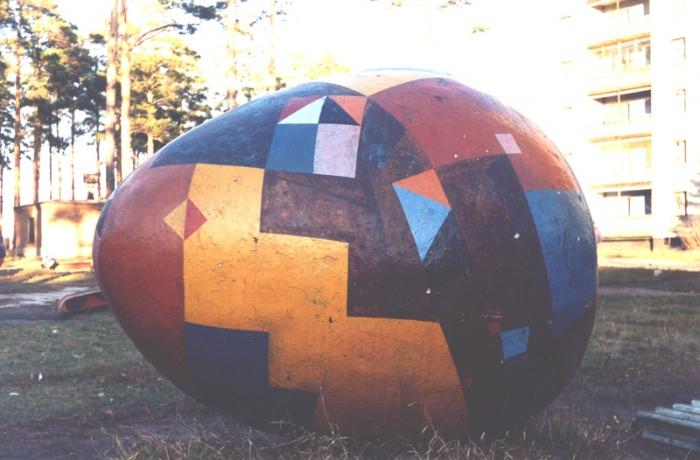 Знаменитое раскрашенное яйцо, стоявшее во дворе дома на ул. Богдана Хмельницкого, 15