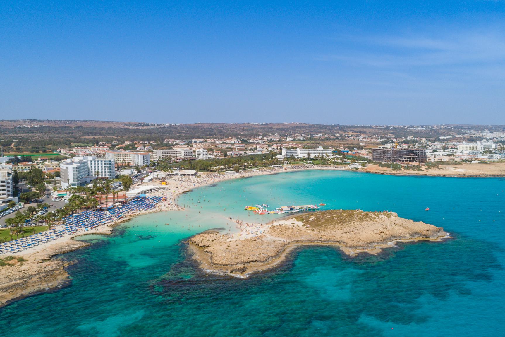Море на Кипре — главный конкурент исторических памятников, которые достались острову за длинную и богатую историю<br>