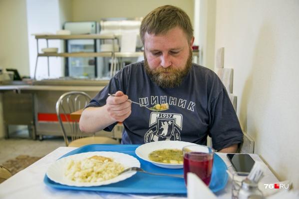Мы взяли на обед рыбный суп, макароны с рыбной котлетой и компот