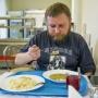 Засохшие макароны из ресторана и салат за 32 рубля: чем кормят ярославских чиновников и депутатов