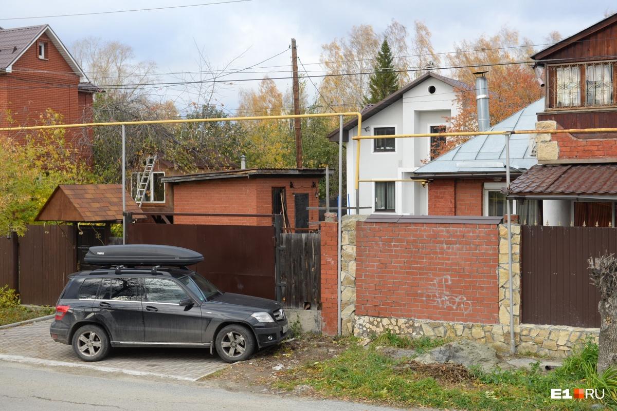 В светлом коттедже за забором живет русская семья, которая построила его совсем недавно. Соседи говорят, что они очень переживают. Мы хотели поговорить, но двери никто не открыл